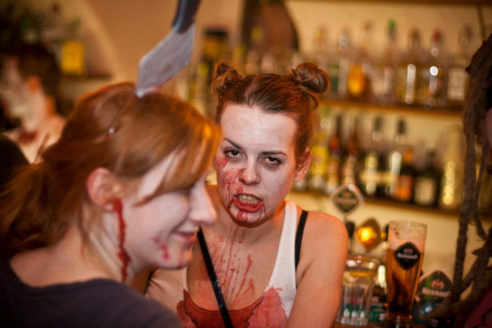 Zombie party v baru 69 aneb neživý Hradec