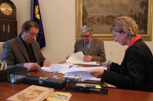 Podpis koaliční smlouvy ČSSD, SNK-ED a ANO v Jindřichově Hradci v pondělí 3. listopadu 2014.