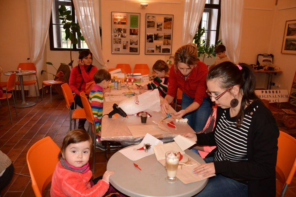 Fotila Eva Tunklová: Pekelná dílnička a tvoření pro ženy ve FotoCafé