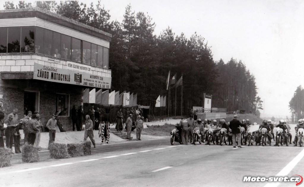 JH 1976 - MR 125 cc - start poprvé před obcí Otín a se zbrusu novou věží časoměřičů..
