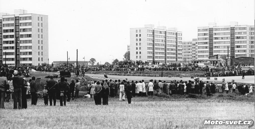 JH 1975 - křižovatka se zatáčkou u depa - dnes místo jednoho ze dvou kruhových objezdů