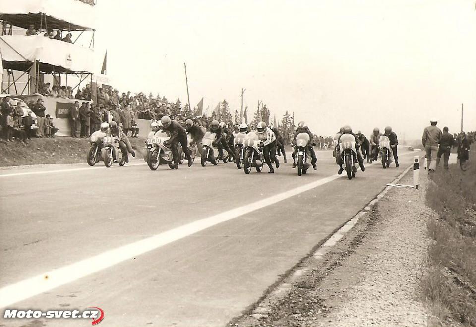 cenný záběr ze startu závodu 350 ccm MR 1975 - start byl před sídlištěm V.I.Lenina, archiv Jan Vítovec