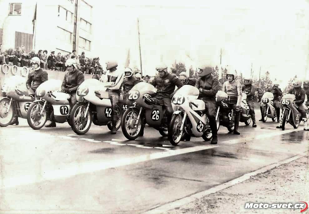 Jindřichův Hradec 1975, start 125 ccm: #33 Jeník, #26 Michálek, #5 Vaněček, #12 Asman, #17 Tesař, #11 Suda, archiv Michálek