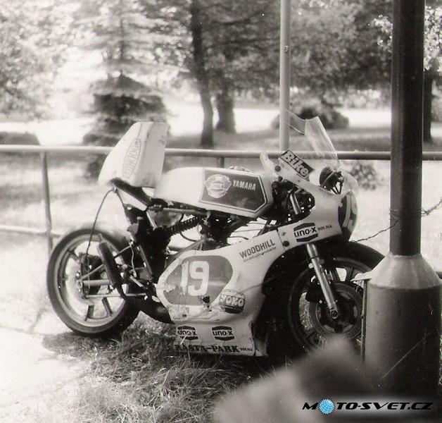 Jindř.Hradec 1981 Yamaha P.Hlavatky - po pádu v nájezdu do pravé v parku