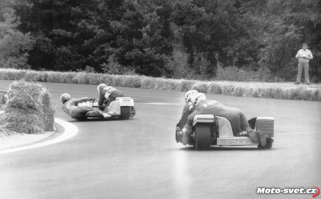 JH 1985: sidecary v ukázkové jízdě.. Zdroj: http://www.moto-svet.cz/okruhy-a-historie/byvale-ceske-okruhy/84-jindrichuv-hradec