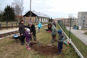 Děti sází stromy na nádraží v Nové Bystřici