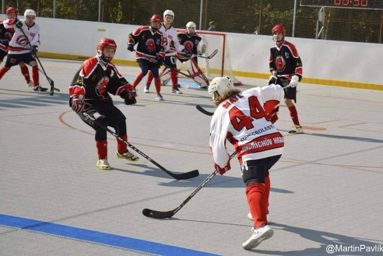 Hokejbalisté J. Hradce roznesli Chlumec a jsou opět v čele
