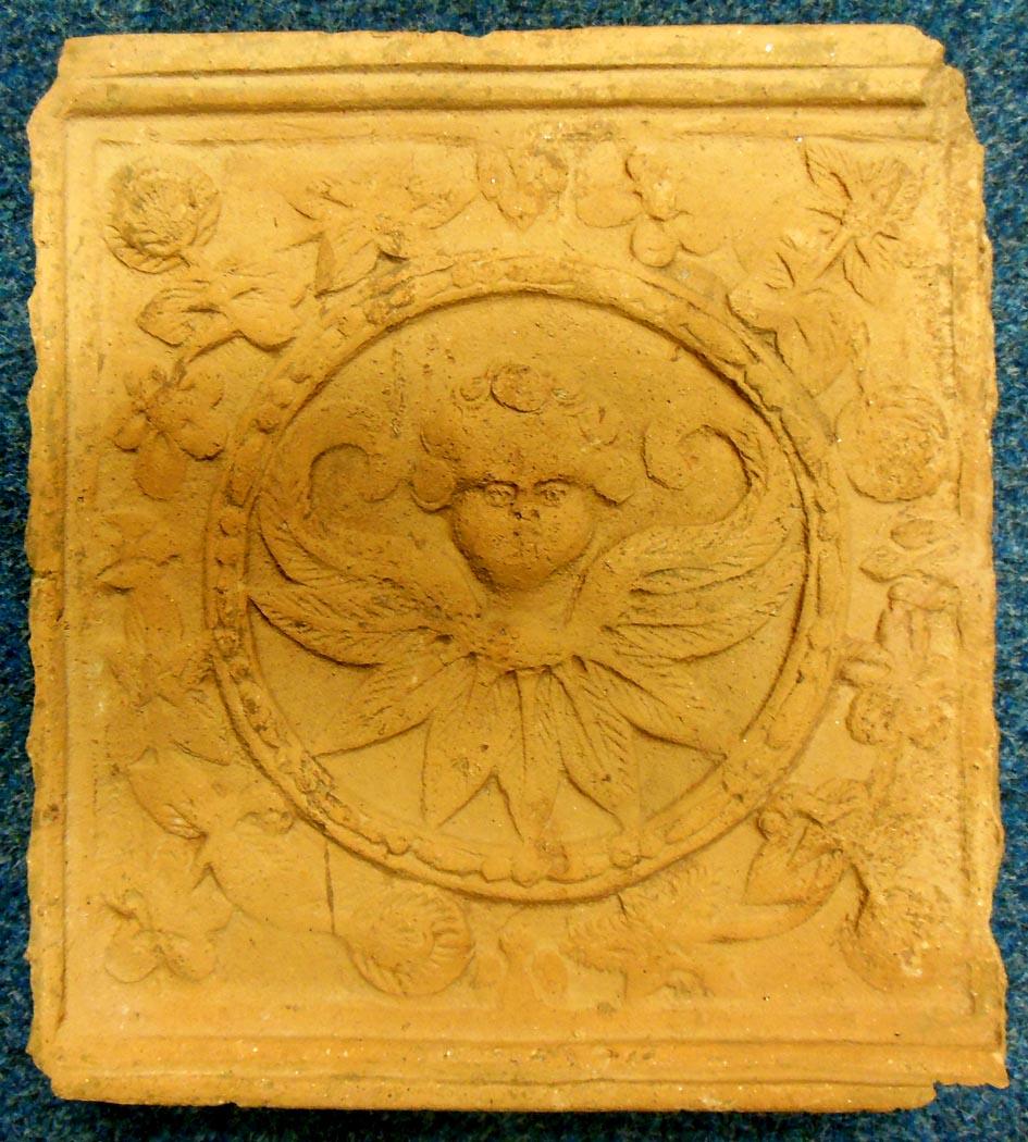 Reliéfní komorový kachel s andílkem (Sbírkové předměty s příběhem)