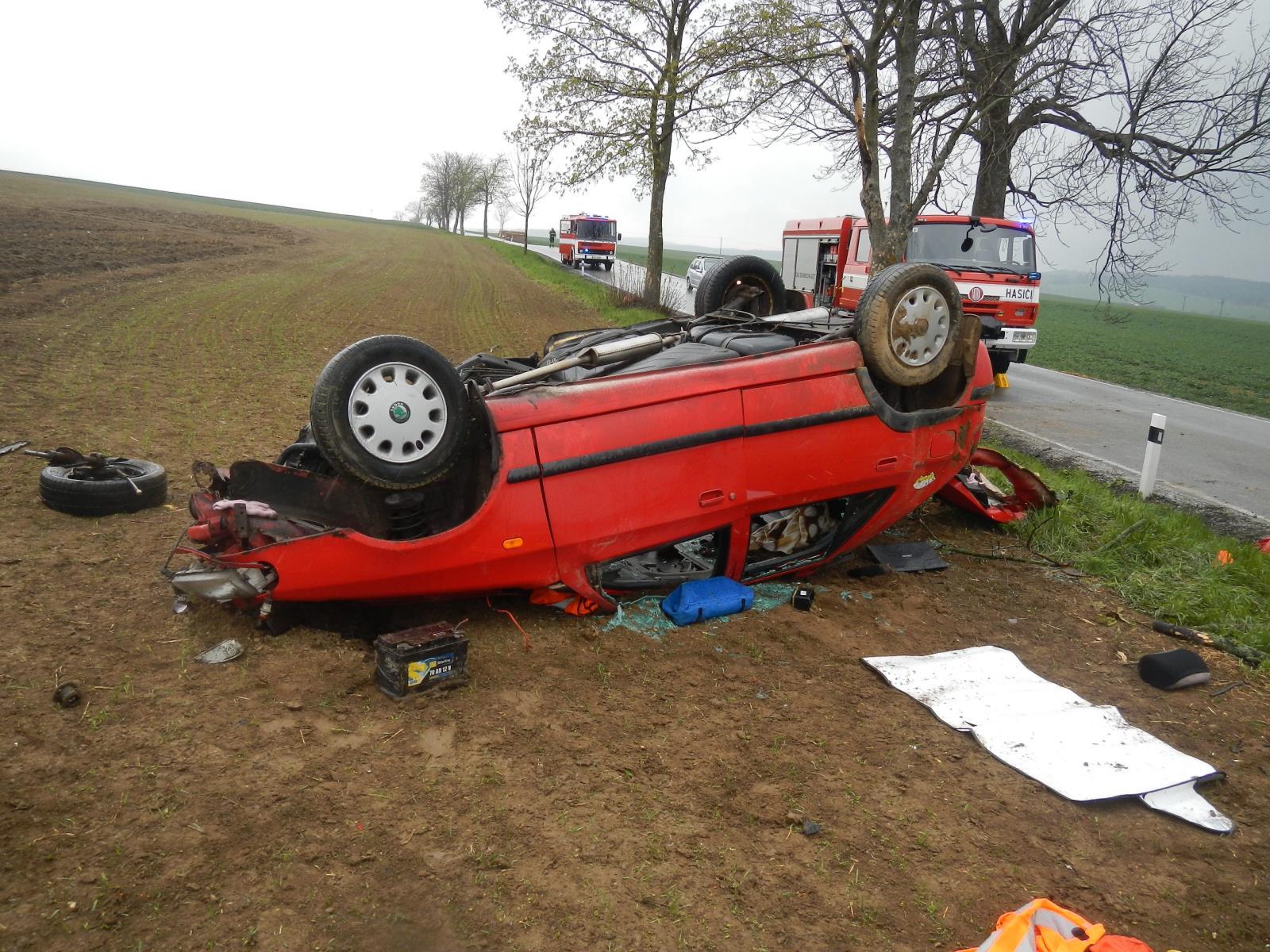 Sobota 22. dubna 2:58Záchrana osoby – Ve Václavské ulici vJindřichově Hradci zasahovala místní profesionální jednotka, když zpřibližně dva metry hlubokého výkopu vyprošťovala muže. Muže volajícího o pomoc uslyšel kolemjdoucí, který pak zažádal o pomoc na tísňovou linku 112. Zraněnému muži nejprve zdravotníci ZZS zafixovali krční páteř límcem a poté ho hasiči vyprostili zvýkopu ven. Muž byl naložen na nosítka a přenesen do sanitky. 12:17Dopravní nehoda – Jindřichohradečtí profesionální hasiči zasahovali na silnici č. 164 vedoucí zOtína do Hospříze. Havarovala zde řidička svozem značky Ford Puma. Řidička i její dítě byly vdobě příjezdu hasičů zauta venku, nepožadovali ZZS. Hasiči u auta odpojili akumulátor a provedli kontrolu úniku provozních kapalin. Žádné látky znádrží nevytékaly. Nehodu pak hasiči předali policistům kšetření.  13:46Dopravní nehoda – Vsobotu krátce před druhou hodinou odpolední přijalo Operační a informační středisko HZS Jihočeského kraje informaci o nehodě, která se stala na silnici č. 156 ve směru ze Slavonic do Chvaletína. Havarovala zde řidička sosobním vozem tovární značky Škoda Felicia. Auto vyletělo ze silnice a zůstalo ležet na střeše. Knehodě byli v13:46 hodin vysláni profesionální hasiči ze stanice Dačice a dobrovolní hasiči ze Slavonic. Jednotky během necelé půlhodiny předávaly zdravotníkům dvě zraněné osoby, ztoho jedno dítě. Jednu zraněnou osobu museli hasiči ze zcela zničeného auta vyprošťovat. U nehody přistál vrtulník LZS. Hasiči dále u auta provedli protipožární opatření a kontrolu úniku provozních kapalin. Před 16. hodinou velitel zásahu pro jednotky hasičů ukončil a předal nehodu Policii ČR.