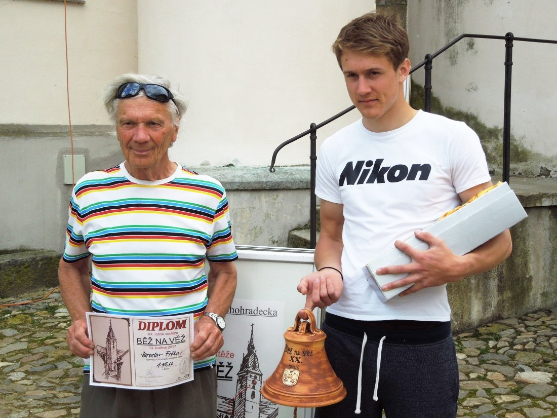 Absolutní vítìz Martin Pavlík s nejstarším úèastníkem v historii závodu Jaroslavem Frèkou