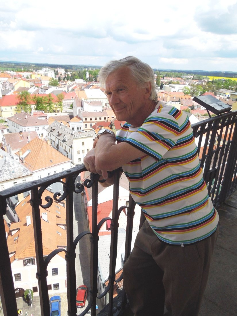 Nejstarší úèastník závodu Bìž na vìž jedna osmdesátiletý Jaroslav Frèka z È. Budìjovic