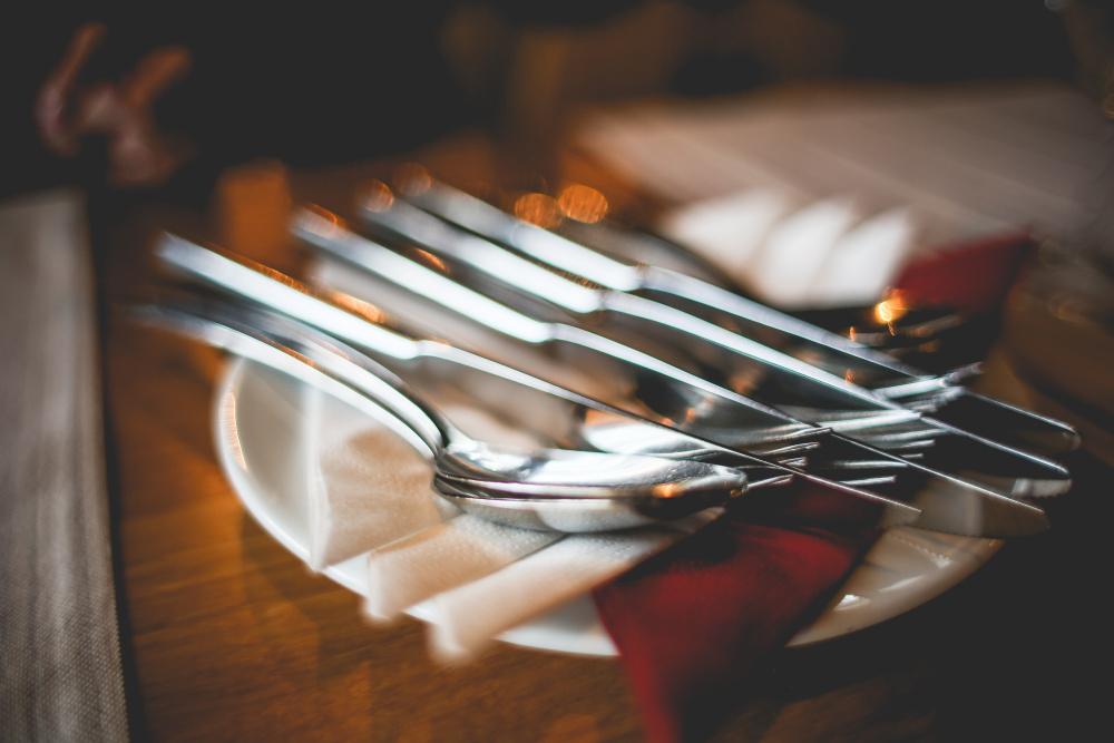 jídlo příbor oběd close-up-of-table-setting-with-cutlery-picjumbo-com