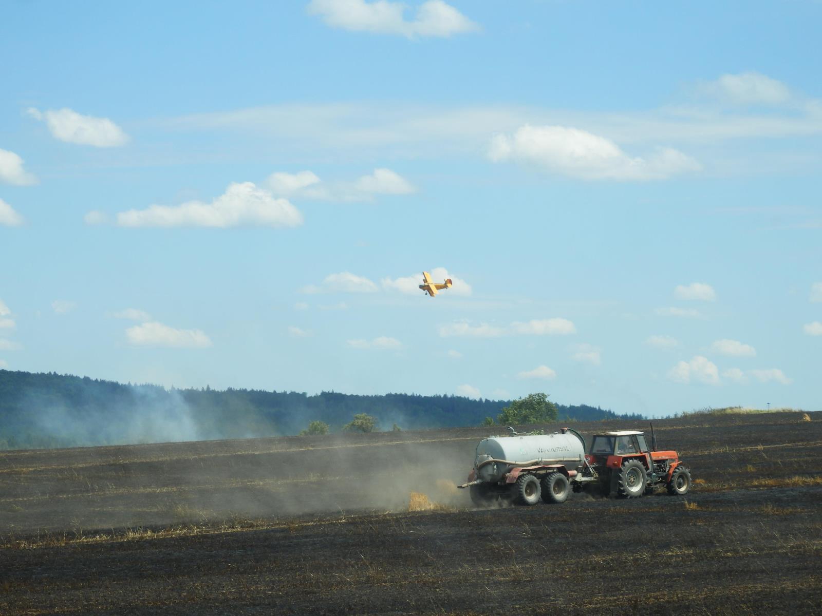 Spožárem pole u obce Stříbřec pomohlo letecké hašení