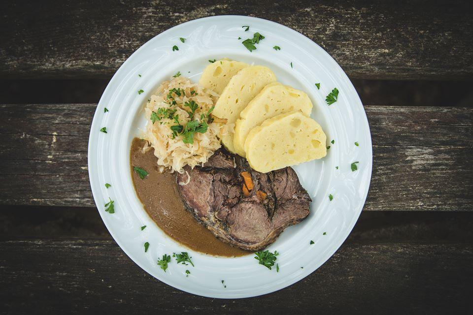 kančí pečeně s bramborovým knedlíkem a zelím - Restaurace U Lucerny