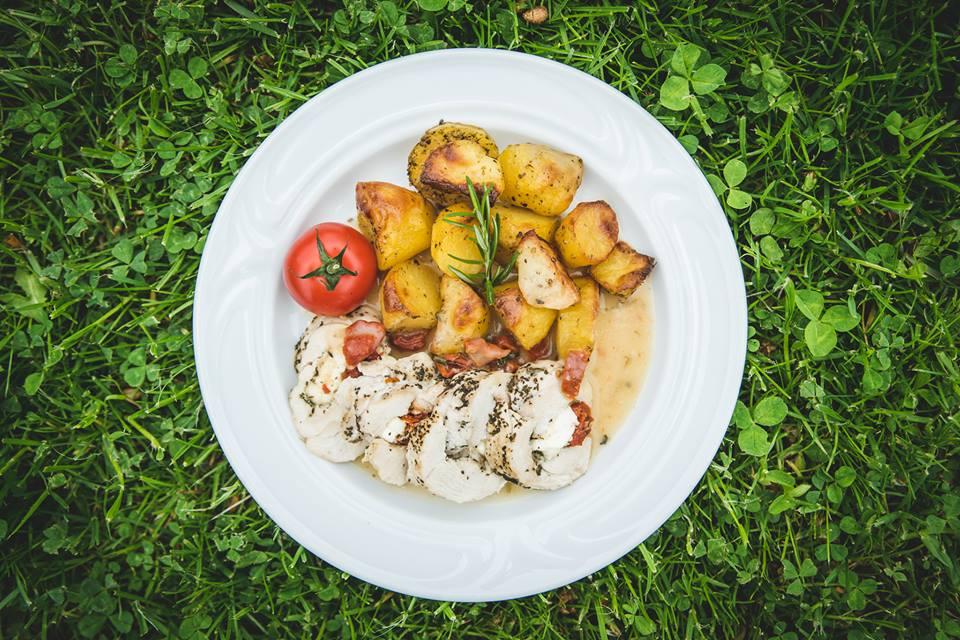 kuřecí roláda s pečenými brambory Restaurace U Lucerny