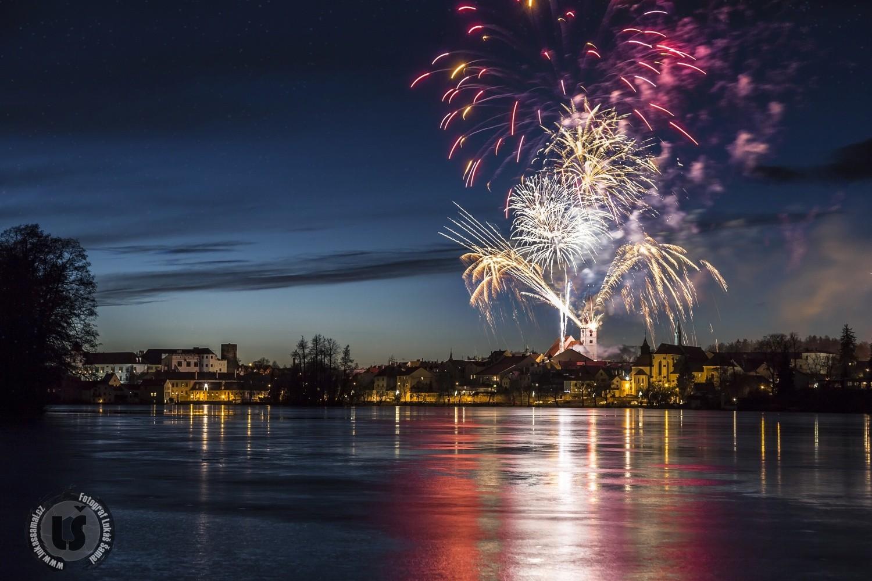 Novoroční ohňostroj v Jindřichově Hradci - FOTO: Lukáš Šamal