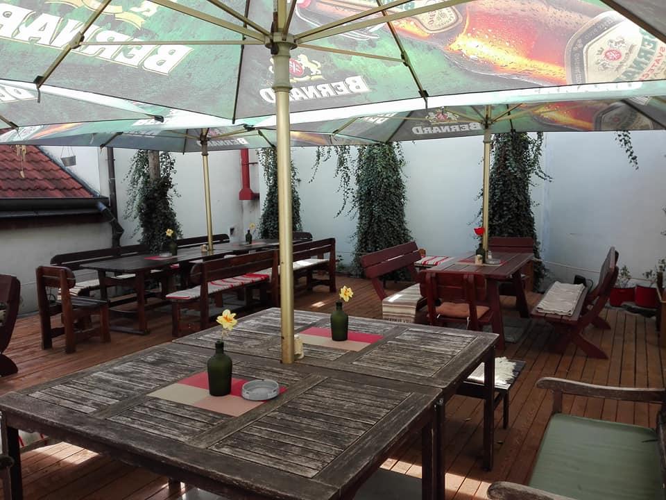Restaurace U Lucerny vás zve na venkovní terasu pro padesát hostů