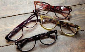 Brýlové obruby Mezi obrubami z naší nabídky naleznete širokou škálu stylů a barev. Od jednoduchých konstrukcí rámů po extravagantní výstřelky francouzkých návrhářů, až po technické vychytávky vrtaných brýlí Silhouette. Trendy značky jako Convers, Hosrefeathers, O´neill, sportovní a sluneční brýle Hannah, Adidas, stylové a elegantní rámečky Esprit, až po extravaganci značek Carolina Abram.
