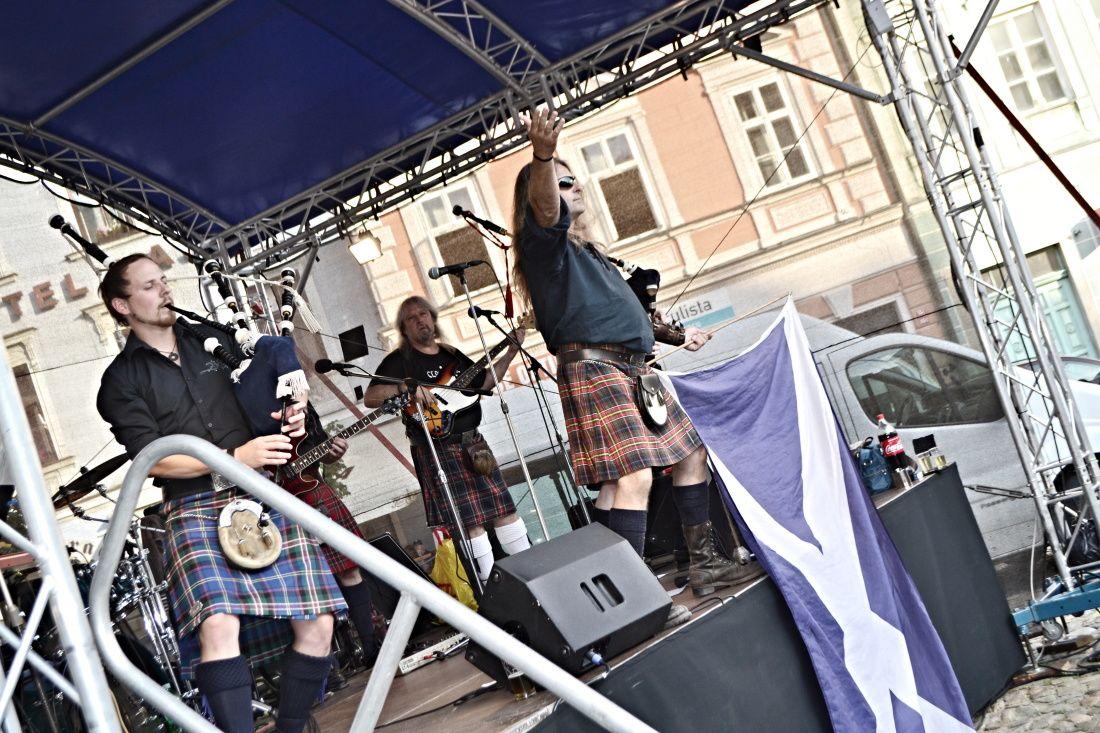 Fotila Amalie: Vikendove koncerty na namesti Miru - Claymore + cimbalovka