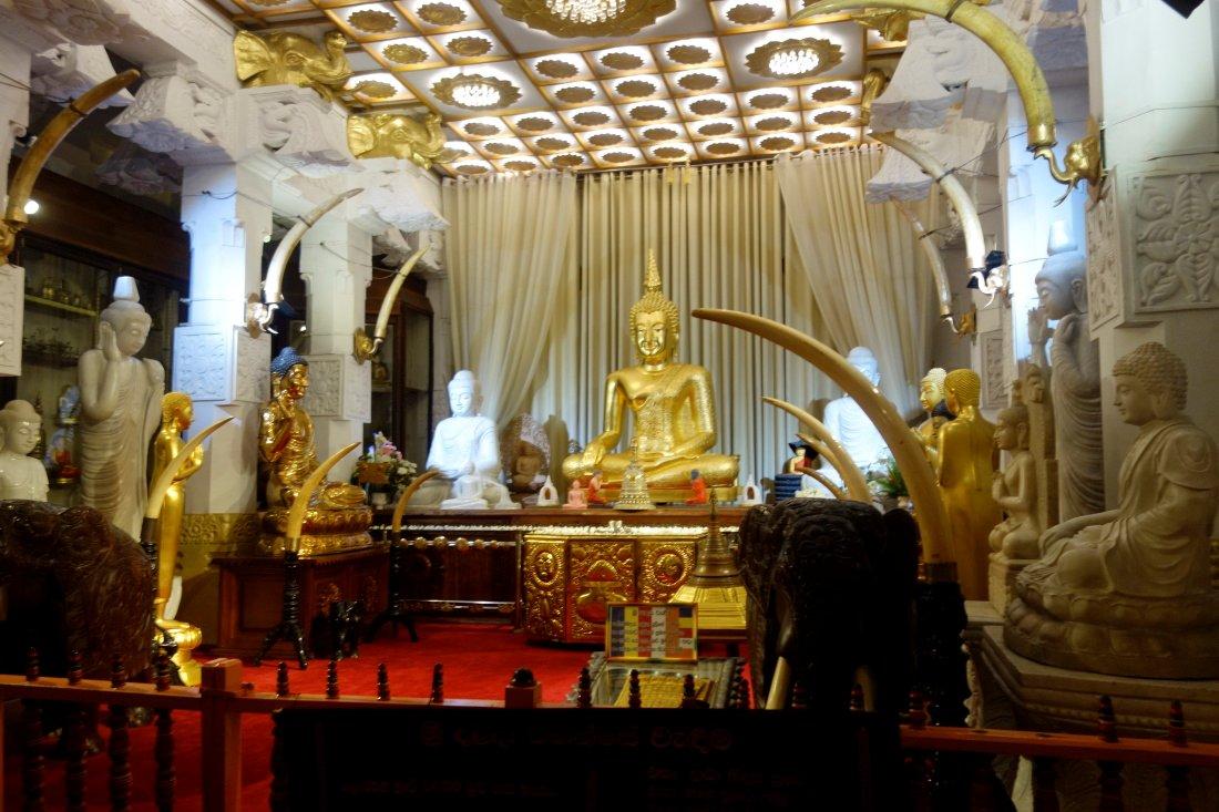 Srí Lanka – Púdža vchrámu Buddhova zubu a nenasytný mnich (cestování s Kateřinou Duchoňovou #8)_Kandy11