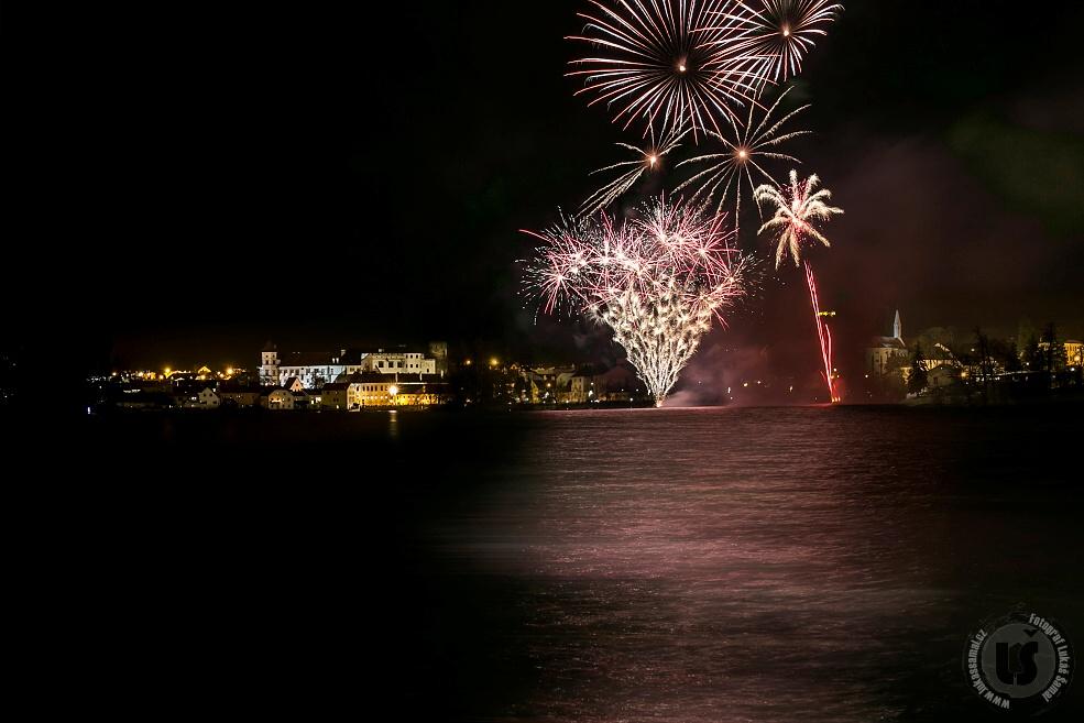 OBRAZEM: Novoroční ohňostroj v Jindřichově Hradci - Foto: Lukáš Šamal