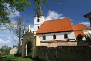 Kostel sv. Petra a Pavla a sochy u kostela v Lodhéřově