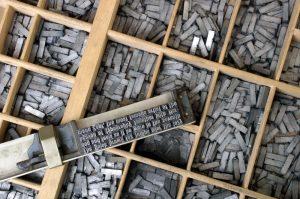 Svobodova tiskárna Vroce 1927 získal veměstě tiskařskou koncesi Jaroslav Svoboda. Knihtiskárnu nejdříve provozoval vprozatímních prostorách vdnešní Nádražní ulici avroce 1933 otevřel novou budovu vPravdově ulici. Nová jindřichohradecká tiskárna reagovala naaktuální požadavky doby anabízela tiskoviny zhotovené nanových strojích vmoderní grafické úpravě sázené novými typy písma. Jaroslav Svoboda zřídil při tiskárně také vlastní nakladatelství, vněmž vyšlo více než 50 titulů, zahrnujících beletrii abiografické avlastivědné práce, často nejdříve publikované nastránkách Svobodova týdeníku Zájmy Českomoravské vysočiny. Svobodova tiskárna byla znárodněna vroce 1950, kdy se vjejí dosud moderní budově usídlil podnik Jihočeské tiskárny, závod J. Hradec. Historie Svobodovy tiskárny anakladatelství Jaroslava Svobody vJindřichově Hradci avýsledky práce obou podniků jsou zajímavým dokladem doby, hospodářských poměrů, podnikání vprvní republice inásilného zastavení fungujícího mechanismu poroce 1948.
