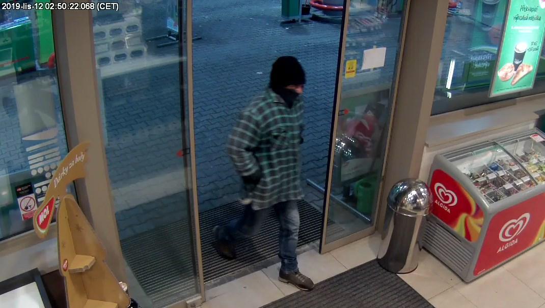 Policie hledá pachatele loupežného přepadení na jindřichohradecké benzínce