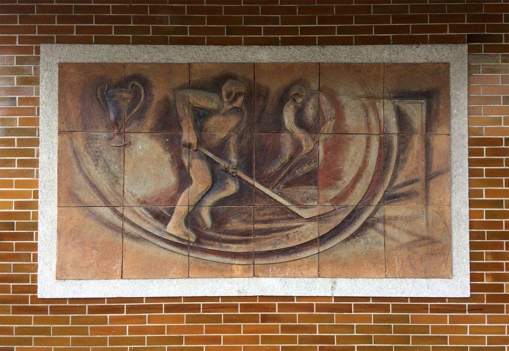 Keramické reliéfy na zimním stadiónu (Jindřichohradecké sochy a památníky)